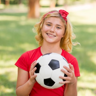 Fille avec ballon de football