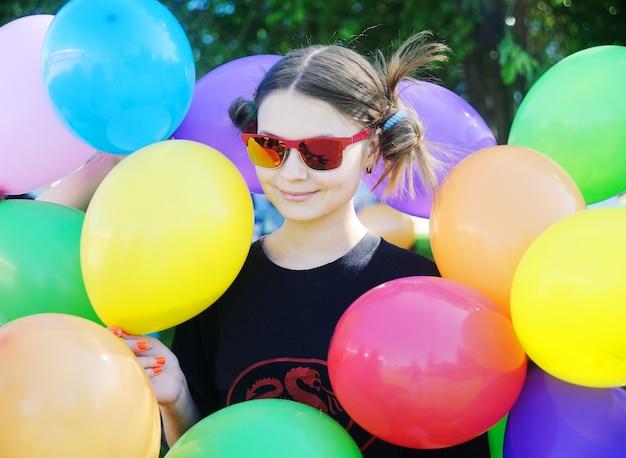 Fille avec des ballons colorés