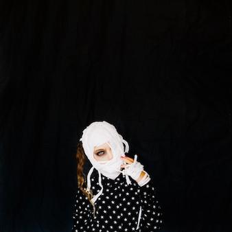 Fille avec des bandages isolés dans la chambre noire