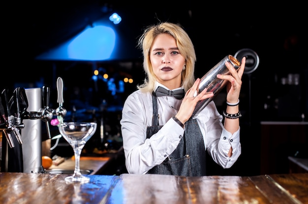 Fille barman crée un cocktail dans le pothouse