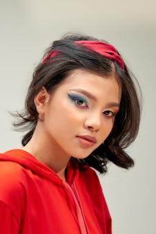 Fille de beau modèle avec maquillage de couleur vive et vernis à ongles