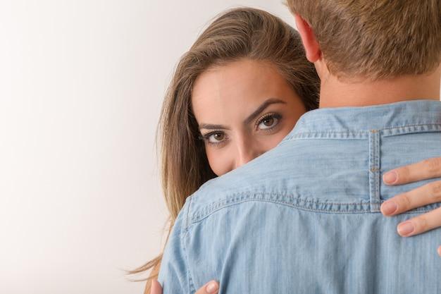 Fille avec de beaux yeux embrasse le garçon. heureux amants.