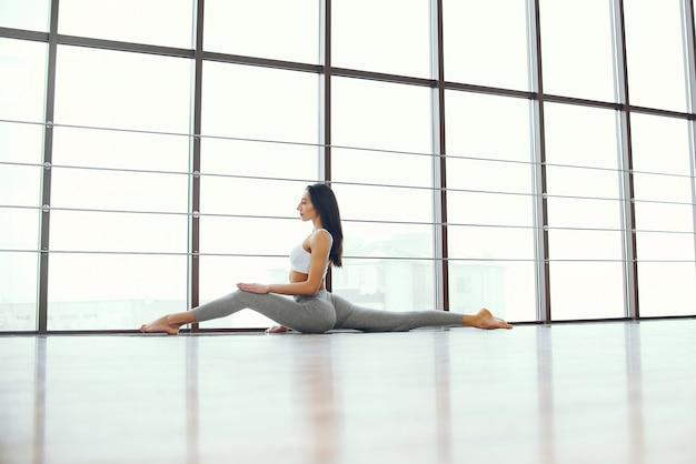 Fille belle et élégante faire du yoga