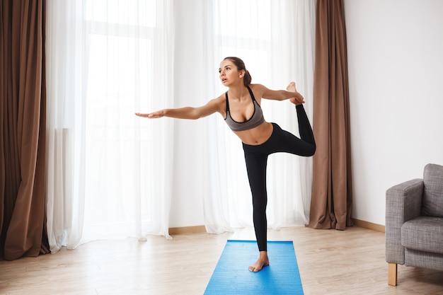 Fille belle remise en forme effectuant le yoga