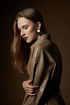 Fille avec de belles boucles d'oreilles à ses oreilles, un portrait de beauté d'une femme avec des bijoux. peau lisse parfaite