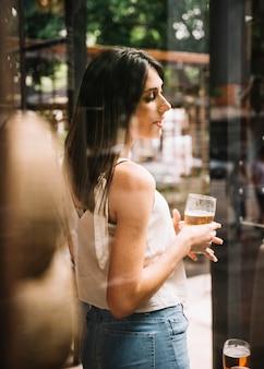 Fille avec de la bière