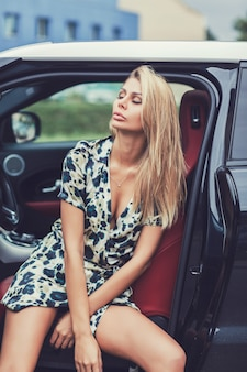 Fille blonde assise dans la voiture