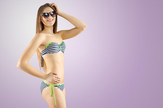 Fille blonde en bikini rayé