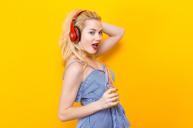 Fille blonde en blouse à rayures bleues avec un casque