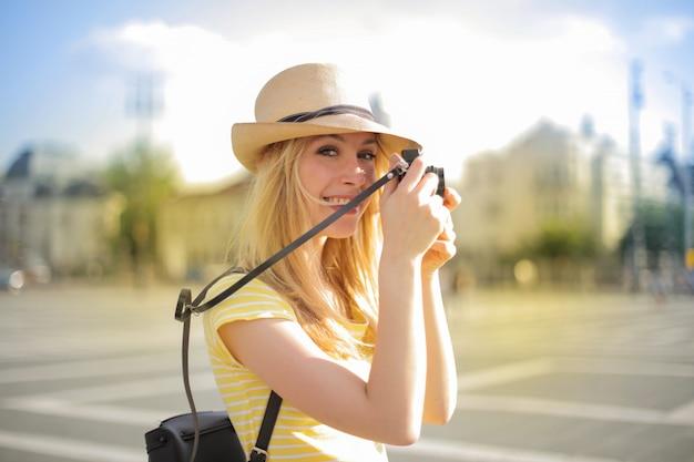 Fille blonde avec caméra