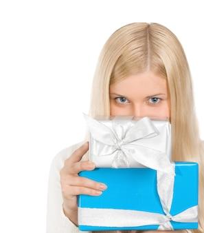 Fille blonde avec des coffrets cadeaux