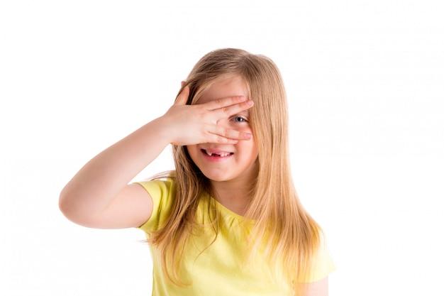 Fille blonde échancrée se cachant les yeux avec les doigts