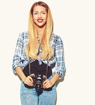 Fille blonde femme dans des vêtements d'été hipster décontracté