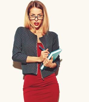 Fille blonde femme en robe rouge avec des lunettes