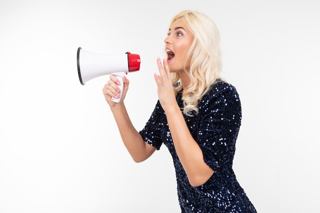 Fille blonde avec un haut-parleur à la main crier sur les remises sur le côté sur un fond blanc