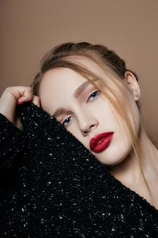 Fille blonde en maquillage lumineux chemisier portrait