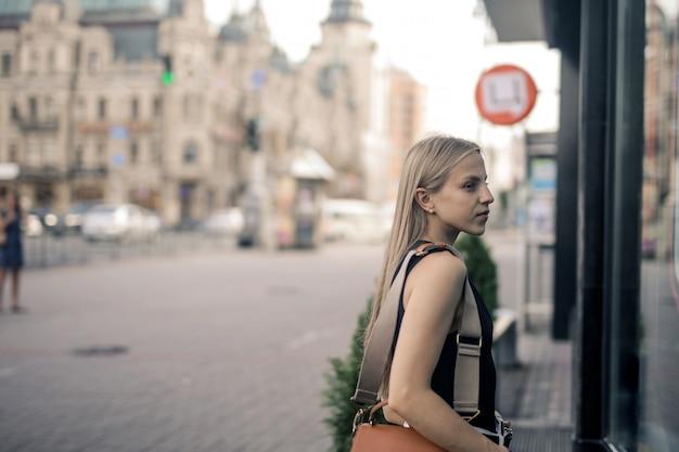 Fille blonde marchant dans la ville