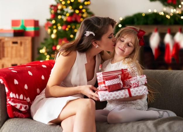 Fille blonde méritée pour des cadeaux cette année