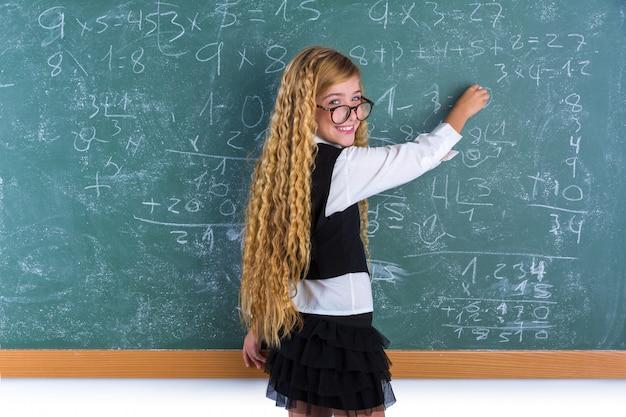 Fille blonde de nerd en écolière green board