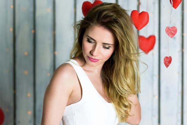 Fille blonde avec portrait d'yeux bleus pour la saint-valentin