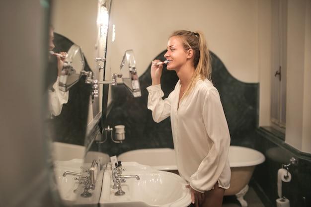 Fille blonde se brosser les dents