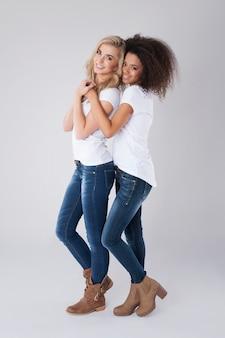 Fille blonde avec son amie d'afrique