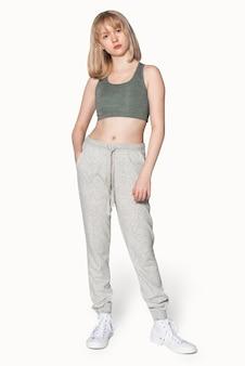 Fille blonde en soutien-gorge de sport gris pour séance photo de vêtements de sport