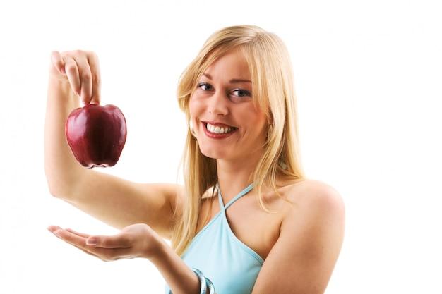 Fille blonde tenant la pomme