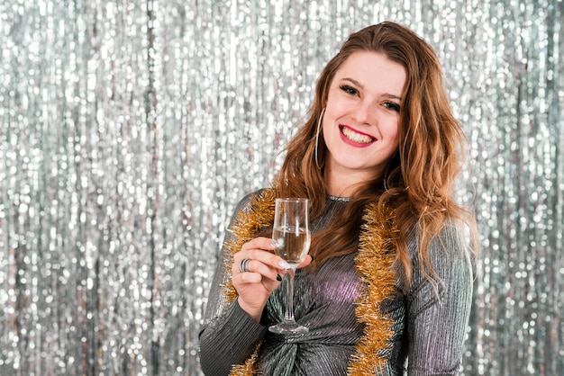 Fille blonde avec un verre de champagne