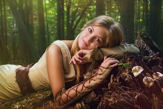 Une fille blonde vêtue d'une robe marche dans une forêt magique