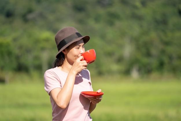 Fille de boire du café en plein air de la belle nature sur les collines