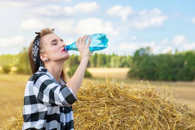 La fille boit de l'eau