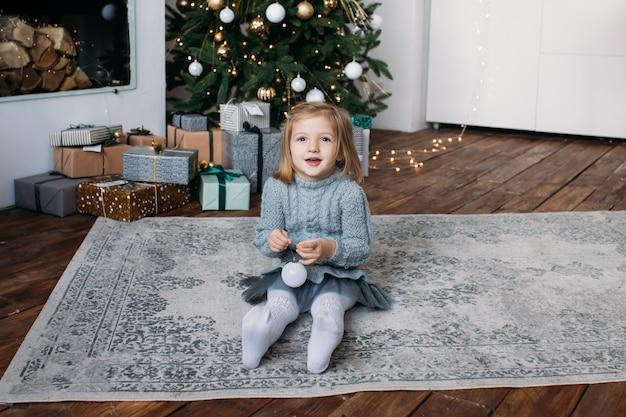 Fille avec boîte de cadeau de noël