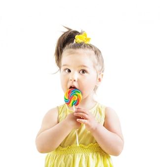 Fille avec des bonbons isolé sur blanc