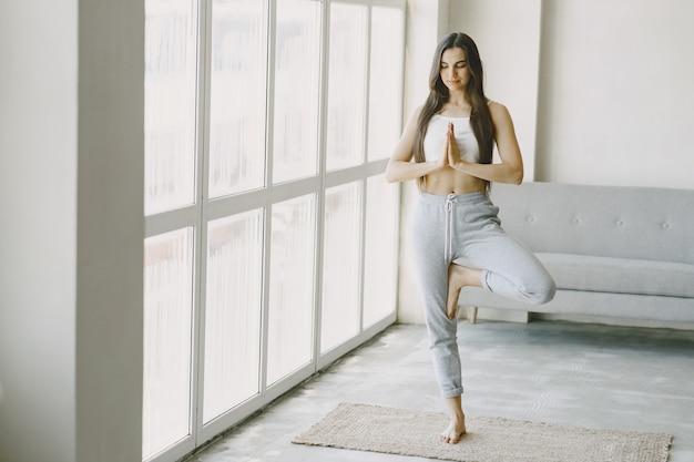 Fille En Bonne Forme Physique. Exercices De Yoga. Fille Aux Cheveux Longs Photo gratuit