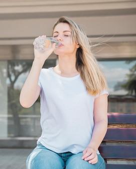 Fille en bonne santé l'eau potable