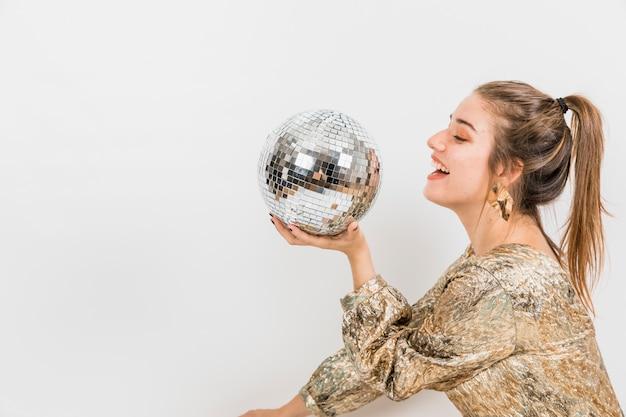 Fille avec une boule disco à la fête du nouvel an