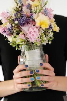 Fille avec bouquet