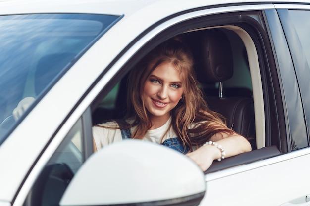Fille branchée voyageant en voiture