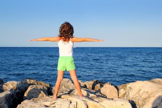 Fille bras ouverts à la recherche de mer océan bleu sentir la liberté