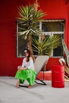 Fille buvant un cocktail sur une terrasse d'été, photo de style de vie