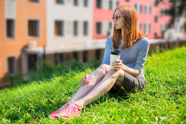 Fille buvant du café en plein air