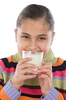 Fille buvant du lait sur fond blanc