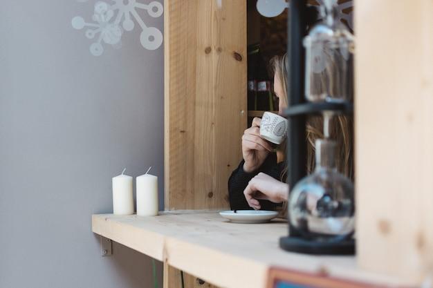 Fille buvant un espresso