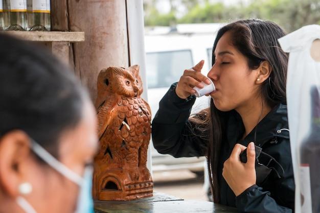 Fille buvant sur un étal de marché