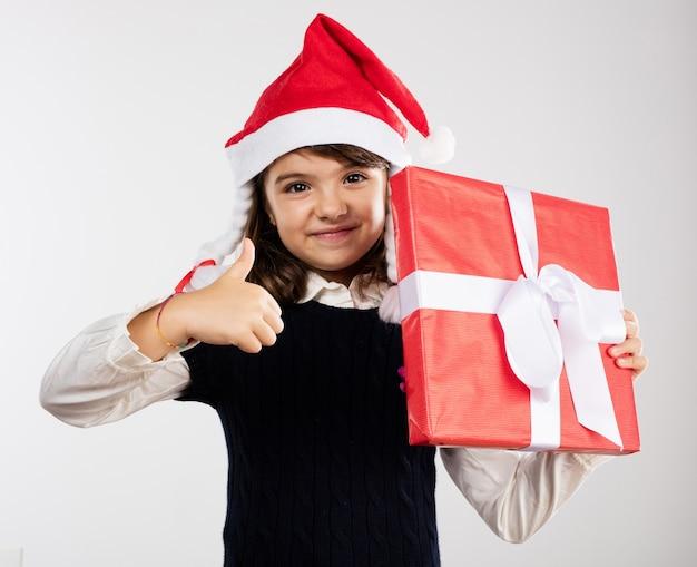 Fille avec un cadeau rouge