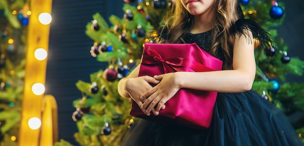 Fille avec des cadeaux dans la nuit de noël.