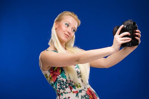 Fille avec une caméra à la main