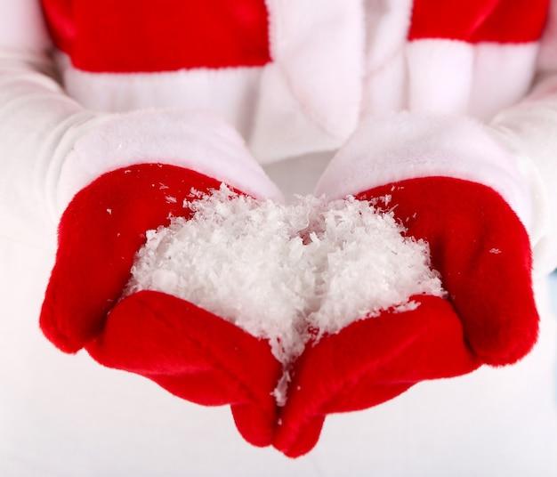 Fille en cape et gants rouges de noël, sur fond d'hiver
