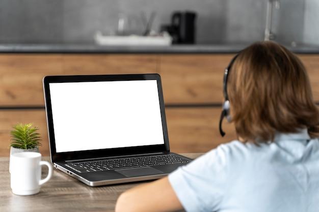Fille avec casque d'apprentissage en ligne